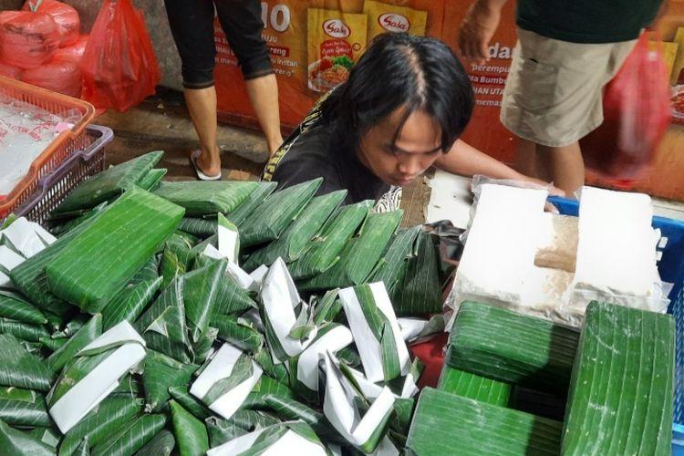 Khairul Anam kembali berjualan tempe di Pasar Induk Kramatjati, Jakarta Timur, pada Senin (4/1/2020).