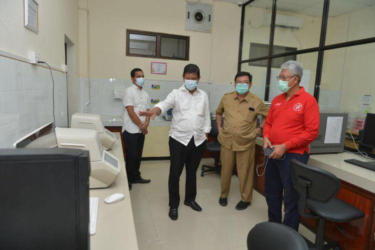 Plt Gubernur Kepri Isdianto meninjau dua alat PCR bantuan Singapura dan memeriksa kesiapan Balai Teknik Kesehatan Lingkungan dan Pengendalian Penyakit (BTKLPP) Kelas I Batam dalam melaksanakan pemeriksaan Covid-19, Rabu (8/4/2020).