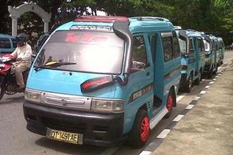 Para sopir angkot memarkirkan kendaraanya di depan kantor DPRD Kendari. Mereka masih mogok hingga ada putusan membatalkan kenaikkan retribusi angkot dalam kota Kendaru