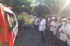 Warga Shalatkan Almarhum Pemilik Batik Danar Hadi Solo, Jenazah Tetap di Mobil