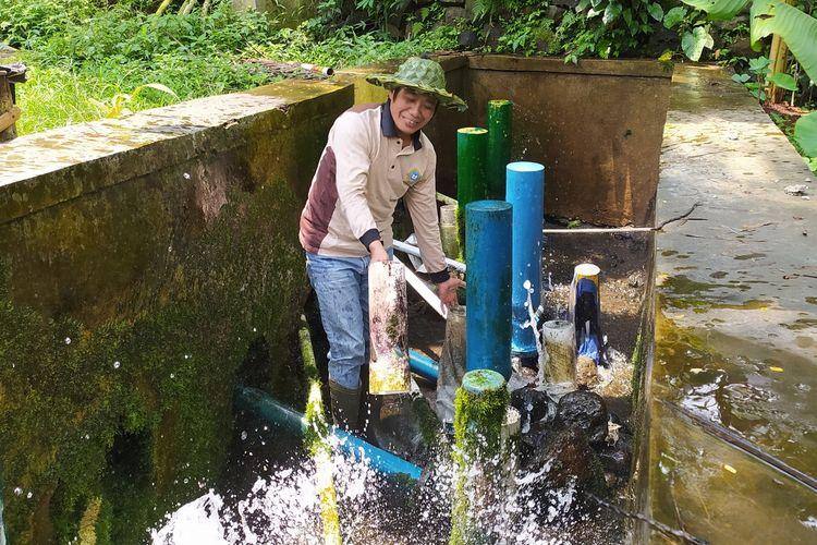 Sudiyanto mengecek instalasi pompa air hydram di Dusun Glempang, Desa Kotayasa, Kecamatan Sumbang, Kabupaten Banyumas, Jawa Tengah, Kamis (10/9/2020).