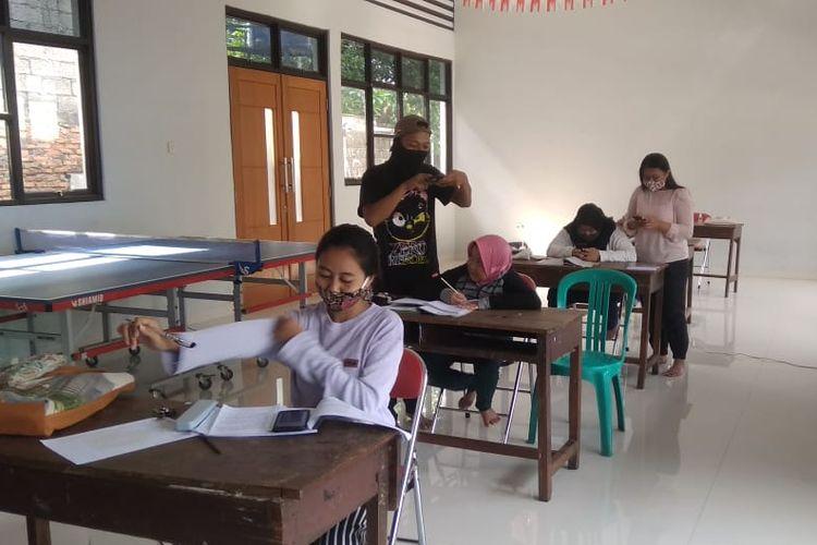 Belajar online gratis di Lubang Buaya, Jakarta Timur oleh Karang Taruna.