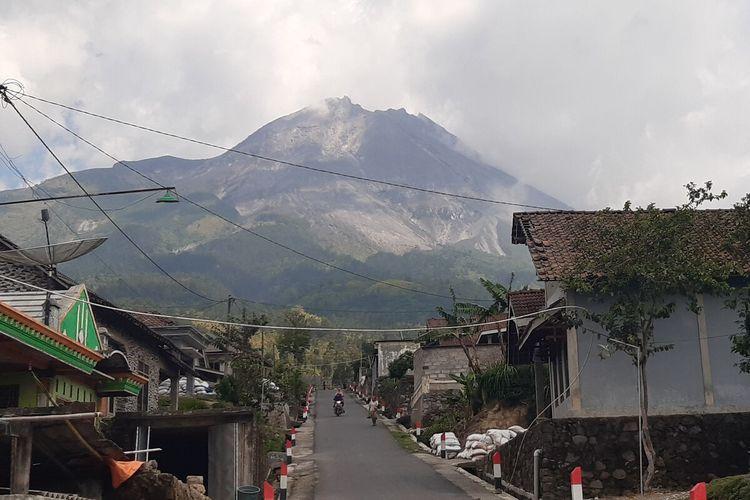 Gunung Merapi terlihat dari Dukuh Stabelan, Desa Tlogolele, Kecamatan Selo, Boyolali, Jawa Tengah, Selasa (10/11/2020).