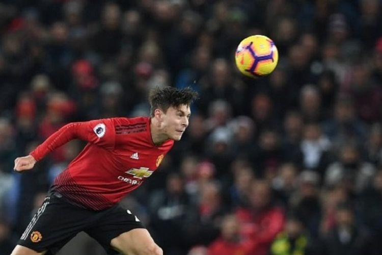 Victor Lindelof menyundul bola pada pertandingan Manchester United vs Burnley dalam lanjutan Liga Inggris di Stadion Old Trafford, 29 Januari 2019.