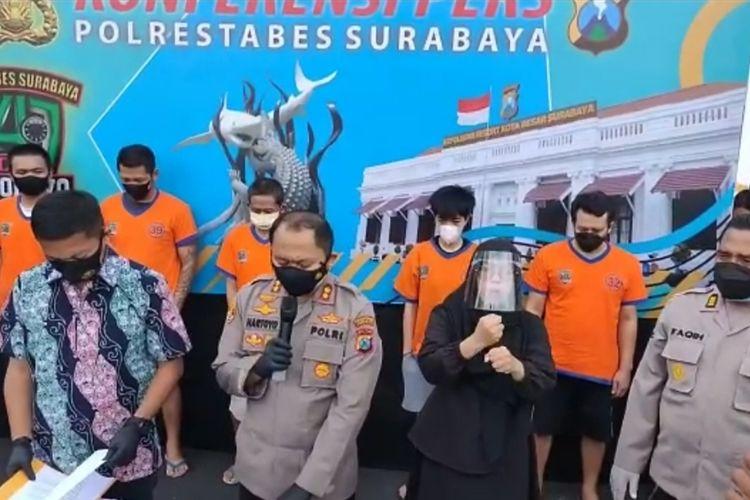 Wakil Kepala Polrestabes Surabaya AKBP Hartoyo bersama Kasatresnarkoba Polrestabes Surabaya Kompol Daniel Somanonasa Marunduri saat rilis pengungkapan kasus narkoba di Mapoorestabes Surabaya, Jumat (25/6/2021).