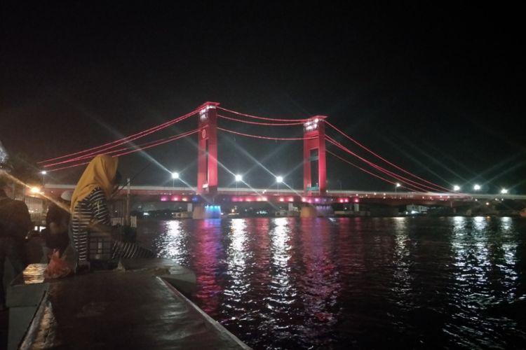 Menikmati keindahan Jembatan Ampera di pelataran Benteng Kuto Besak (BKB), Palembang, Sumatera Selatan, Jumat (25/1/2019).