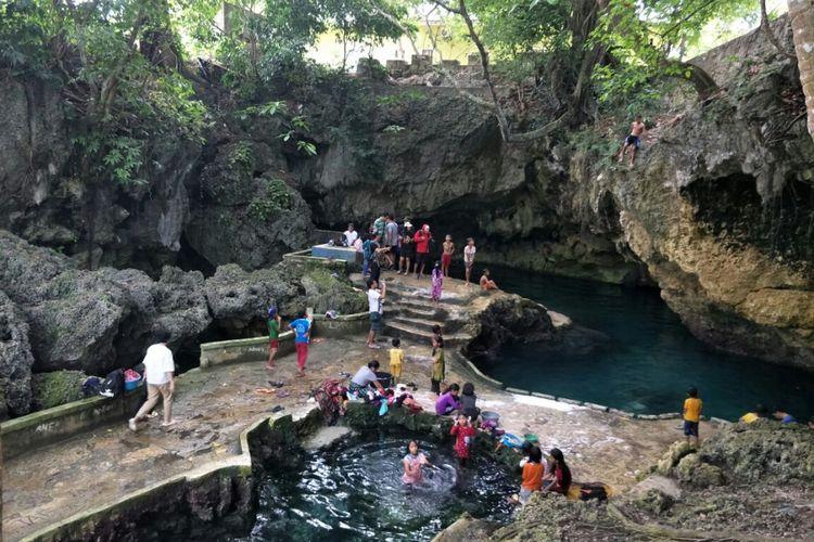 Masyarakat di Goa Kontamale, Wakatobi, Sulawesi Tenggara.