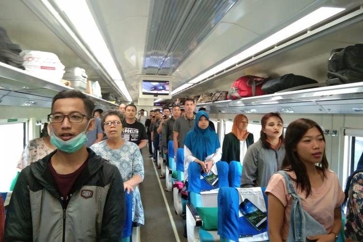 Nampak penumpang kereta api Ranggajati berdiri menyanyikan bersama Lagu Indonesia Raya menjelang detik-detik proklamasi HUT Kemerdekaan RI Ke-74, Sabtu ( 17/8/2019) pagi.
