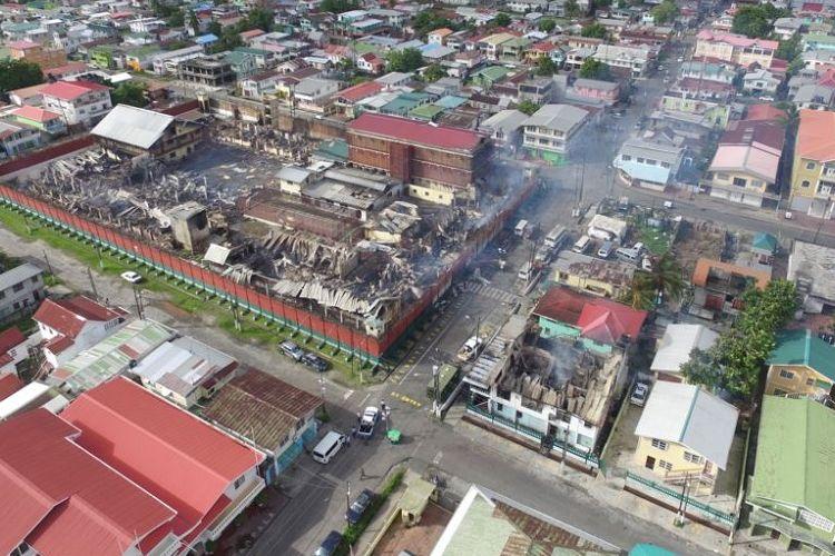 Sisa-sisa Penjara Camp Street yang terbakar saat terjadi kerusuhan terlihat di Georgetown, Guyana, dalam foto yang dirilis 10 Juli 2017. Foto diambil dengan pesawat tak berawak. (Foto: Dokumentasi)