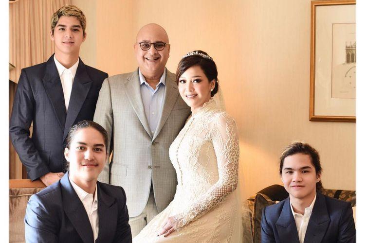 Maia Estianty dengan keluarga barunya, yakni Irwan Mussry, Al Ghazali, El Rumi, dan Dul Jaelani. Foto ini diunggah Maia di akun Instagram-nya pada Selasa (30/10/2018).