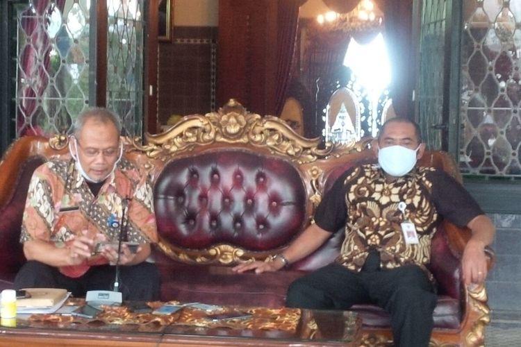 Wali Kota Solo, FX Hadi Rudyatmo dan Ketua Gugus Tugas Percepatan Penanganan Covid-19 yang juga menjabat Sekda Solo, Ahyani dalam konferensi pers perkembangan kasus Covid-19 di Loji Gandrung Solo, Jawa Tengah, Rabu (29/4/2020).
