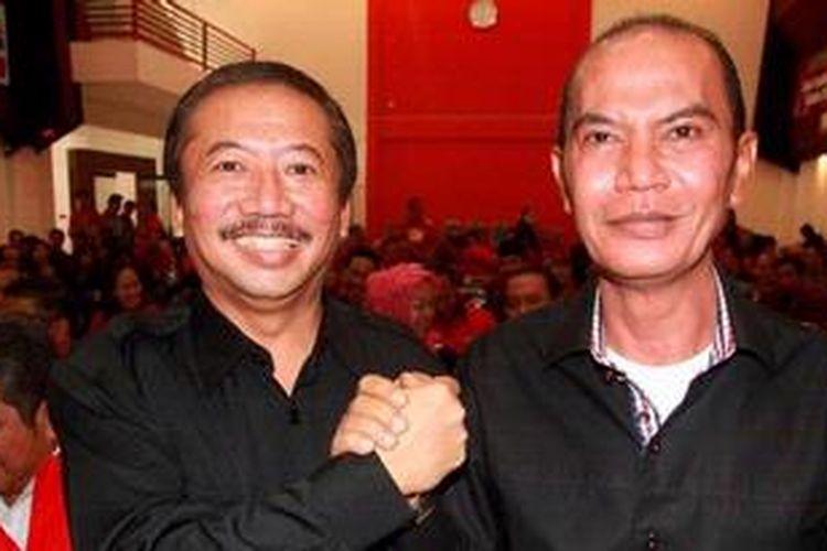 Pasangan yang diusung Partai Demokrasi Indonesia Perjuangan, Bambang DH (kiri) dan Said Abdullah berjabat tangan saat rapat pemenangan pasangan tersebut di kantor DPD PDI-P Jawa Timur, Surabaya, Senin (6/5/2013).