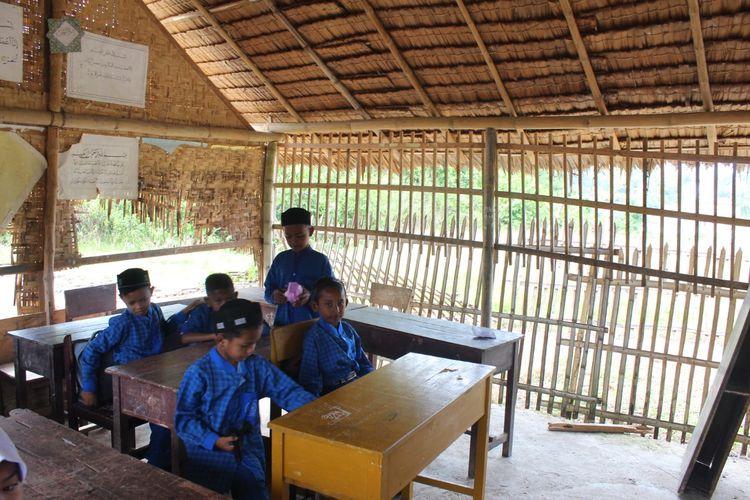 Belasan murid sedang belajar di Madrasah Ibtidaiyah Swasta (MIS) Darussalam, Desa Abeuk Reuling, Kecamatan Sawang, Kabupaten Aceh Utara, Rabu (26/8/2020).