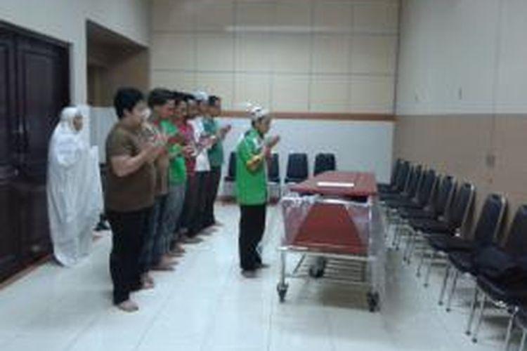 Jenazah Holly Angela Wahyu (36), korban pembunuhan di Apartemen Kalibata City, Pancoran, Jakarta Selatan, saat dishalatkan oleh pihak keluarga di ruang jenazah RSCM, Jakarta Pusat, Selasa (1/10/2013)
