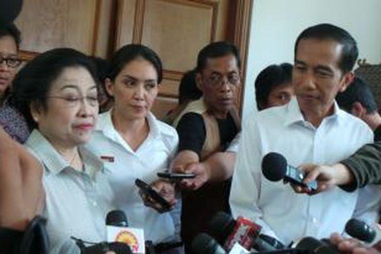 Ketua Umum DPP PDI Perjuangan Megawati Soekarnoputri bersama Joko Widodo dan Rieke Diah Pitaloka, di Jakarta, Senin (21/10/2013).