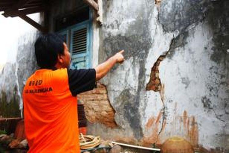 Salah satu rumah warga di Majalengka tampak retak akibat pergeseran tanah, Kamis (18/12/201).