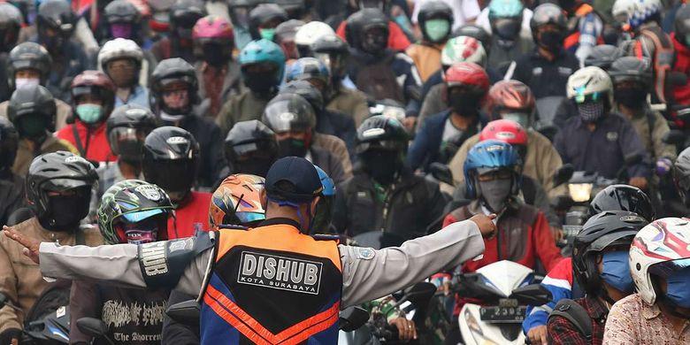 Foto dirilis Kamis (25/6/2020), memperlihatkan petugas gabungan melakukan penyekatan saat Pembatasan Sosial Berskala Besar (PSBB) Tahap III di Bundaran Waru, Surabaya, Jawa Timur. Sekitar 4.312 aparat gabungan diterjunkan guna mengamankan pelaksanaan PSBB di Kota Surabaya, Kabupaten Gresik, dan Kabupaten Sidoarjo, yang tiga kawasan itu lebih dikenal dengan Surabaya Raya.