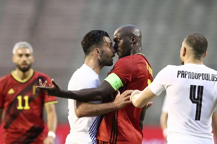 Penyerang Belgia Romelu Lukaku bersitegang dengan bek Yunani Giorgos Tzavellas pada laga uji coba jelang Euro 2020 di Stadion King Baudouin, Brussles, Kamis (3/6/2021) malam WIB.