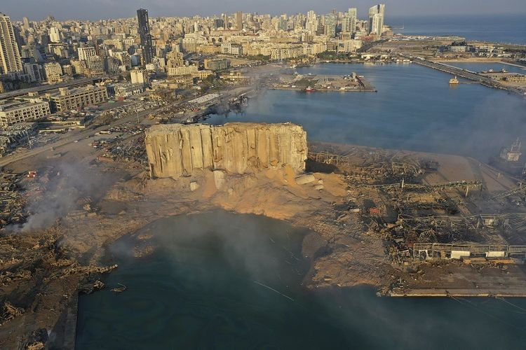 Asap tampak mengepul pasca ledakan besar di pelabuhan Beirut, Lebanon, Rabu, 5 Agustus 2020.