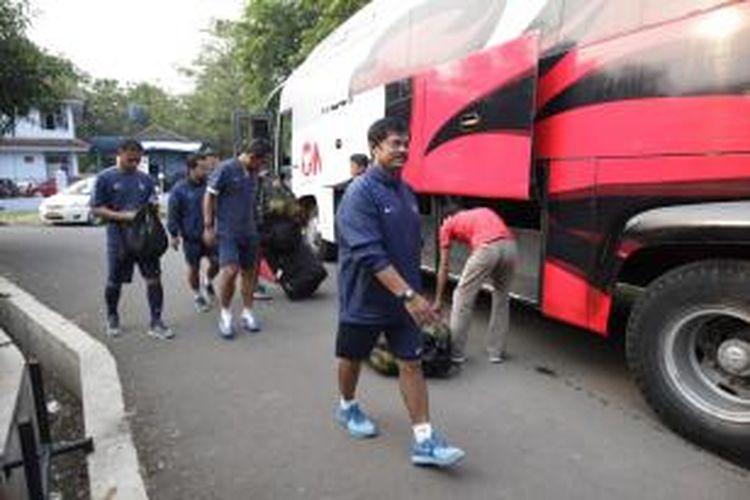 Pelatih tim nasional U-19 Indra Sjafri turun dari bus untuk memulai sesi latihan di lapangan Sutasoma, Halim Perdanakusuma, Jakarta Timur, Senin (8/9/2014). Latihan ini persiapan Piala Asia U-19 yang digelar di Myanmar pada 9-23 Oktober 2014. Timnas U-19 akan bersaing dengan Australia, Uni Emirat Arab, dan Uzbekistan pada babak penyisihan Grup B.