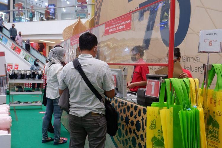 Suasana bazar di Matahari Department Store, Mal Citraland Tanjung Duren, Jakarta Barat, Minggu (2/5/2021).