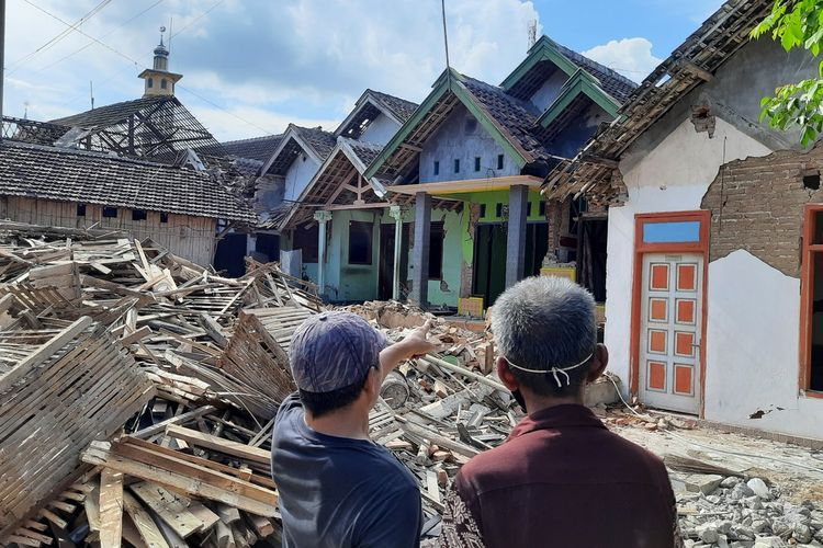 Kondisi rumah di Desa Majangtengah, Kecamatan Dampit, Kabupaten Malang yang rusak akibat gempa, Senin (12/4/2021).