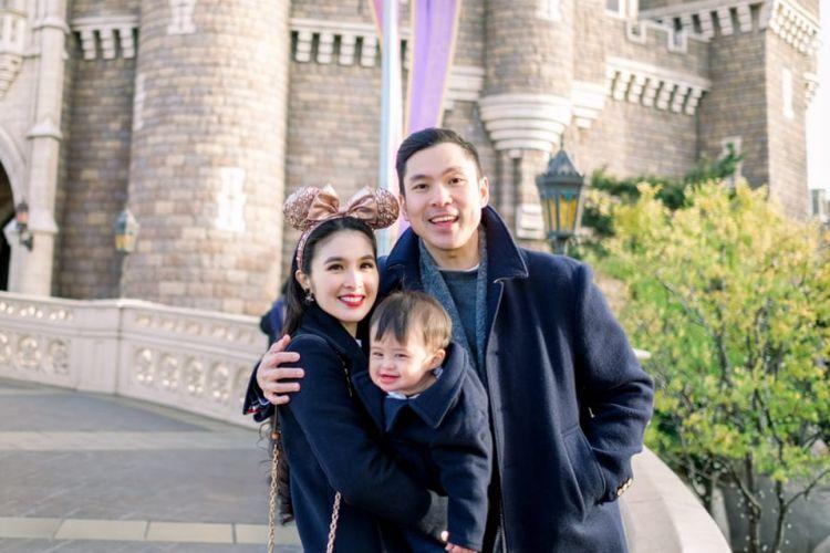 Sandra Dewi dan suaminya, Harvey Moeis, merayakan HUT pertama anak mereka, Raphael Moeis, di Tokyo Disneyland, Jepang.