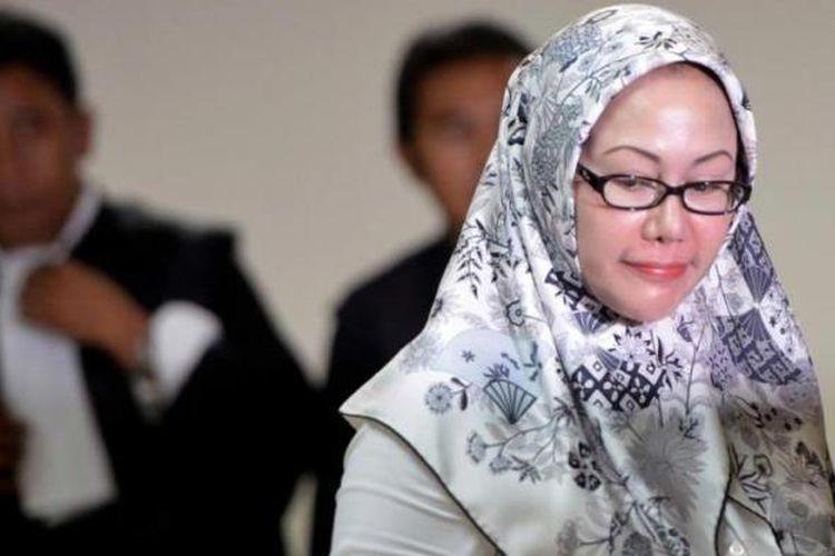 Gubernur Banten nonaktif Atut Chosiyah meninggalkan ruang sidang Pengadilan Tipikor, Jakarta, setelah mendengarkan tuntutan hakim, Senin (11/8/2014). Atut dituntut penjara 10 tahun untuk kasus dugaan suap pengurusan perkara sengketa Pilkada Lebak di Mahkamah Konstitusi.
