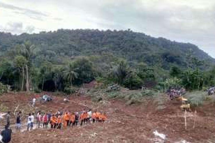 Gambar lokasi longsor didesa Desa Donoranti, Kecamatan Purworejo, Kabupaten   Purworejo, Minggu (19/6/2016). Hingga pukul 18.00 jumlah korban dinyatakan mencapai 14 orang, 3   di antaranya sudah dievakuasi dalam keadaan meninggal dunia dan 11 masih dalam pencarian.