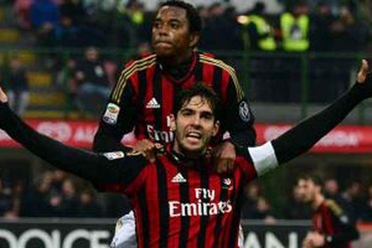 Playmaker AC Milan, Kaka (depan), mendapat sambutan dari rekannya, Robinho, usai mencetak gol ke gawang Atalanta dalam ajang Serie-A di San Siro, Senin (6/1/2014). Kaka cetak dua gol dan Milan menang 3-0.