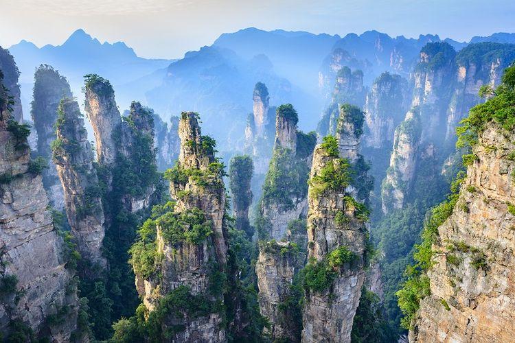 Ilustrasi China - Pemandangan Gunung Avatar di Zhangjiajie National Forest Park.