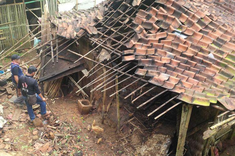 Rumah pasangan lanjut usia rusak akibat gempa Lebak di Kampung Pangkalan, Desa Padaasih, Cisaat, Kabupaten Sukabumi, Jawa Barat, Rabu (24/1/2018).