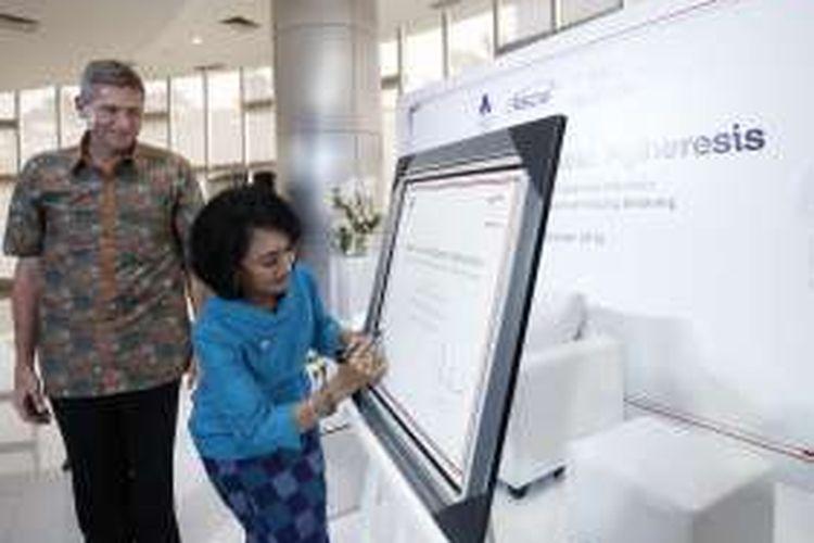 Presiden Direktur Prudential Indonesia Jens Reisch (kiri) menyaksikan  Ketua Yayasan Onkologi Anak Indonesia (YOAI) Rahmi Adi Putra Tahir (kanan) menandatangani tanda terima mesin apheresis di di Pusat Kesehatan Ibu dan Anak RSCM Kiara Jakarta, Kamis (27/10/2016).