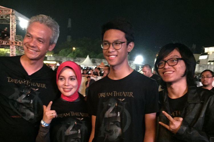 Gubernur Jawa Tengah Ganjar Pranowo bersama anggota keluarganya saat menyaksikan pertunjukan musik dari band Dream Theater di Stadion Kridosono, Yogykarta, Jumat (29/9/2017).