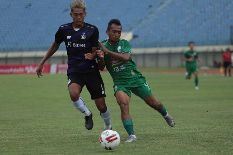 Penyerang PSS Sleman Irfan Jaya (kanan) saat laga melawan Persik Kediri di Stadion Si Jalak Harupat, Bandung, Kamis (1/4/2921), dalam Piala Menpora 2021.