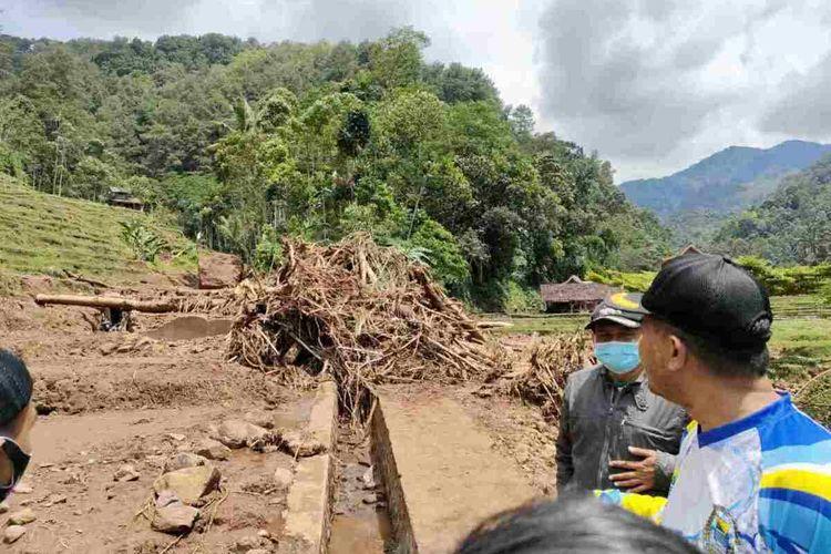 Wakil Bupati Sumedang Erwan Setiawan meninjau objek wisata di Desa Citengah, Sumedang Selatan, Sumedang, Jawa Barat rusak parah akibat tersapu banjir bandang, Kamis (26/3/2021) sore. AAM AMINULLAH/KOMPAS.com