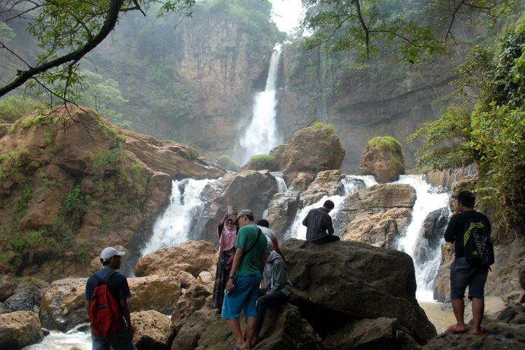 Sejumlah wisatawan menikmati salah obyek wisata Geopark Ciletuh Palabuhanratu di Curug Cimarinjung, Desa/Kecamatan Ciemas, Sukabumi, Jawa Barat, Sabtu (22/4/2017).