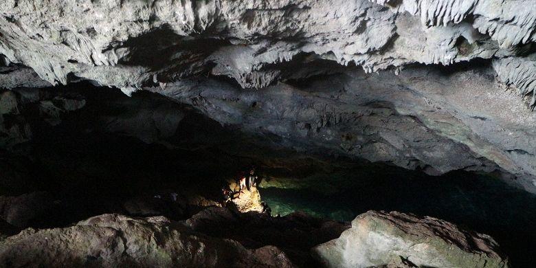 Wisatawan menikmati obyek wisata alam Goa Kristal di Desa Bolok, Kecamatan Kupang Barat, Kabupaten Kupang, Nusa Tenggara Timur, Minggu (9/12/2018). Keindahan air yang berwarna biru muda dan tua di Goa Kristal siap memikat wisatawan yang datang.