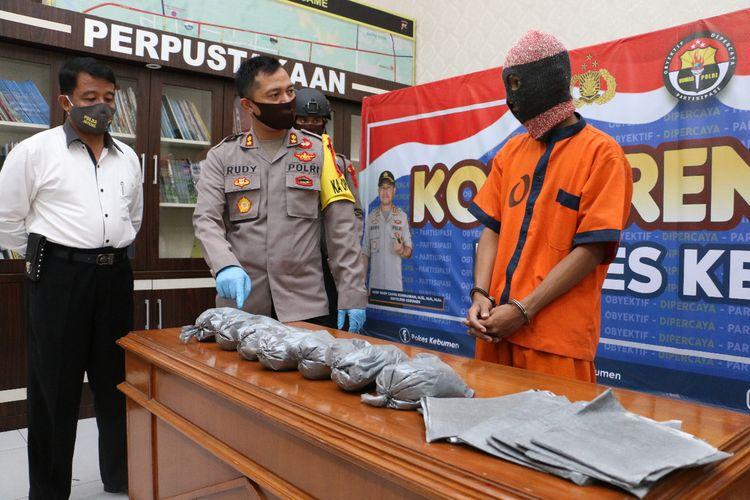 Ungkap kasus penjualan serbuk petasan di Mapolres Kebumen, Jawa Tengah, Senin (18/5/2020).