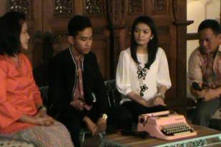 Iriana, Gibran dan Selvie saat jumpa pers di kediaman Jokowi di Solo, Selasa (14/4/2015).