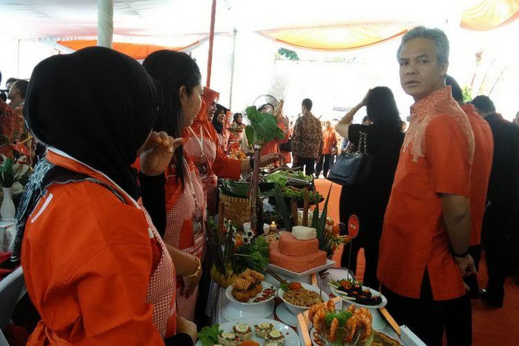 Gubernur Jateng Ganjar Pranowo mengunjungi satu persatu stand makanan dalam acara festival Kekayaan Pangan Jawa Tengah yang diselenggarakan DPP PDIP Jateng, Kamis (9/11/2017). Ganjar ingin ke depan ada featival khusus untuk acara serupa.