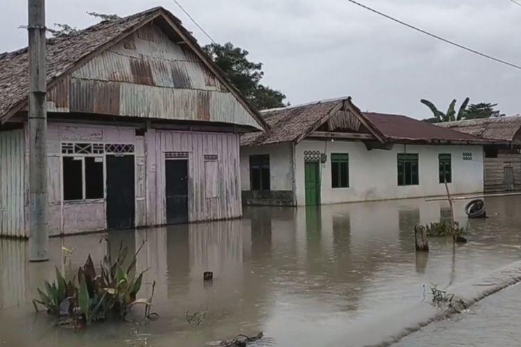 Dua bulan pasca banjir bandang Luwu Utara, Desa Wara, kecamatan malangke Barat masih terendam banjri, warga terisolir, Senin (14/09/2020)