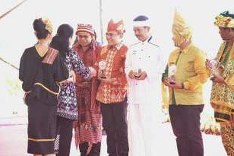 Abdullaz Azwar Anas, Bupati Banyuwnagi periode 2010-2015 mendapatkan penghargaan pada puncak Peringatan Hari Pers Nasional 2016 yang di selenggarakan di kawasan Mandalika Lombok Nusa Tenggara Barat