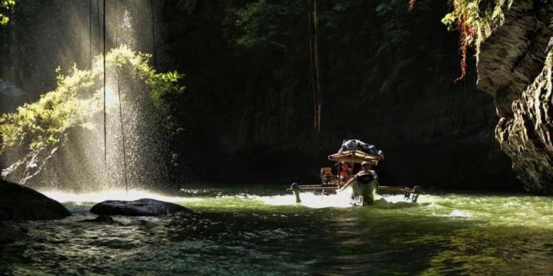 Wisatawan menggunakan perahu mengunjungi obyek wisata Green Canyon, Cijulang, Pangandaran, Jawa Barat, Sabtu (4/5/2013). Obyek wisata ini menawarkan keindahan dinding bebatuan yang ditutupi lumut dan wisatawan dapan menikmatinya dengan menyusuri sungai menggunakan perahu.