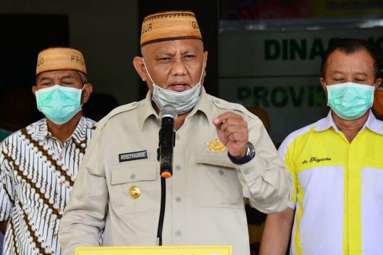 Gubernur Gorontalo, Rusli Habibie meminta pemerintah pusat memberikan kewenangan lebih kepada pemerintah daerah dalam menangani penyebaran virus corona.