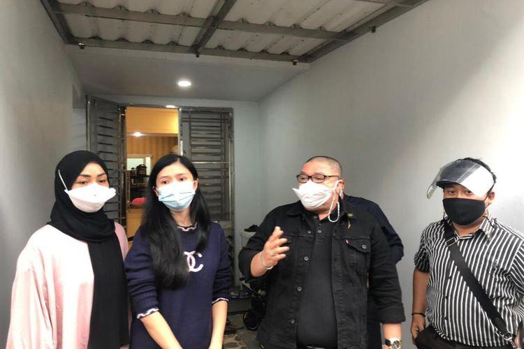 Kuasa Hukum Richard Lee, Razman Arif Nasution bersama Istri dr Richard Lee, Reni Effendi, saat memberikan keterangan pers di kediamannya yang berada di Jalan Brigjen Hasan Kasim, Komplek Investama, Palembang.