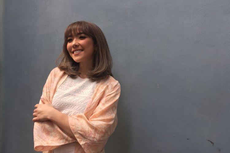Gisella Anastasia berpose di pelataran Gedung Trans, Mampang Prapatan, Jakarta Selatan, Rabu (6/6/2018).