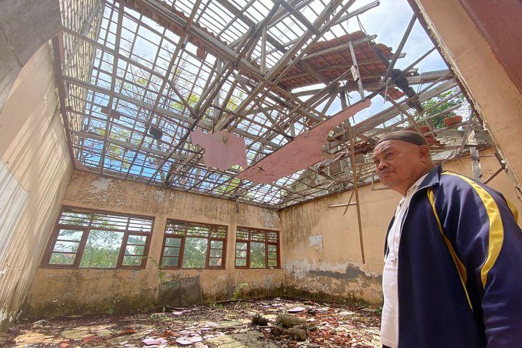 3 ruang kelas SDN Montok II Desa Montok, Kecamatan Larangan, Kabupaten Pamekasan ambruk. Siswa di sekolah tersebut harus berbagi kelas dengan siswa lainnya karena 1 kelas dibagi 2. Kondisi ini sudah berjalan 3 tahun.
