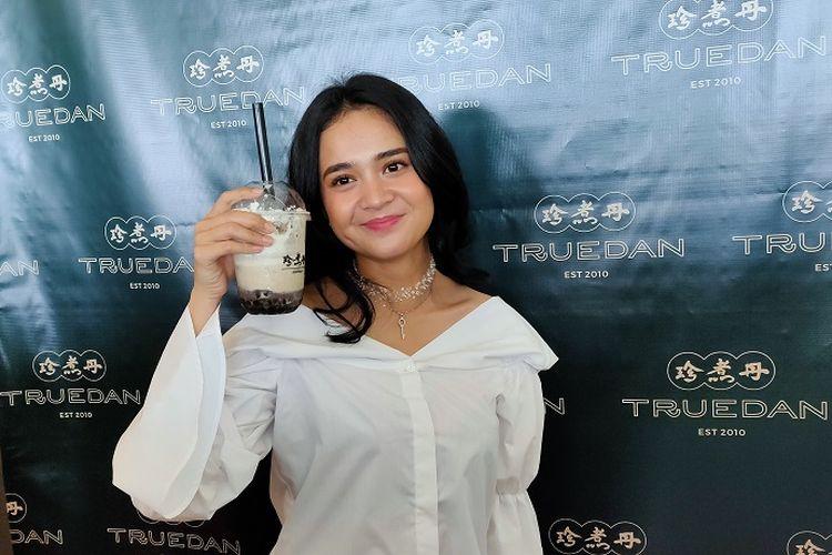 Artis sekaligus pencinta minuman boba, Michelle Ziudith dalam peluncuran gerai boba Truedan Indonesia di Mal Taman Anggrek Jakarta, Jumat (29/11/2019).