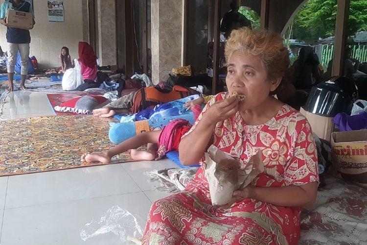 Seorang korban banjir di Masjid Al Karomah, Tirto, Kota Pekalongan Jawa Tengah.